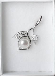 Strieborná brošňa so zirkónmi a perlou