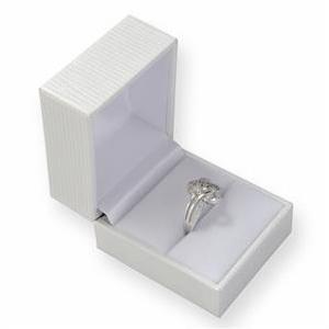 Biela koženková krabička na prsteň