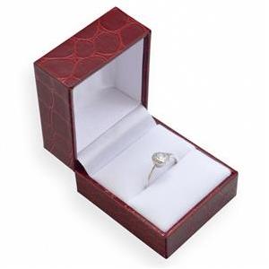 Červená koženková krabička na prsteň