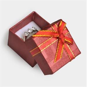 Červená darčeková krabička na prsteň s mašľou
