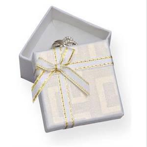 Bílá dárková krabička na prsten s mašlí