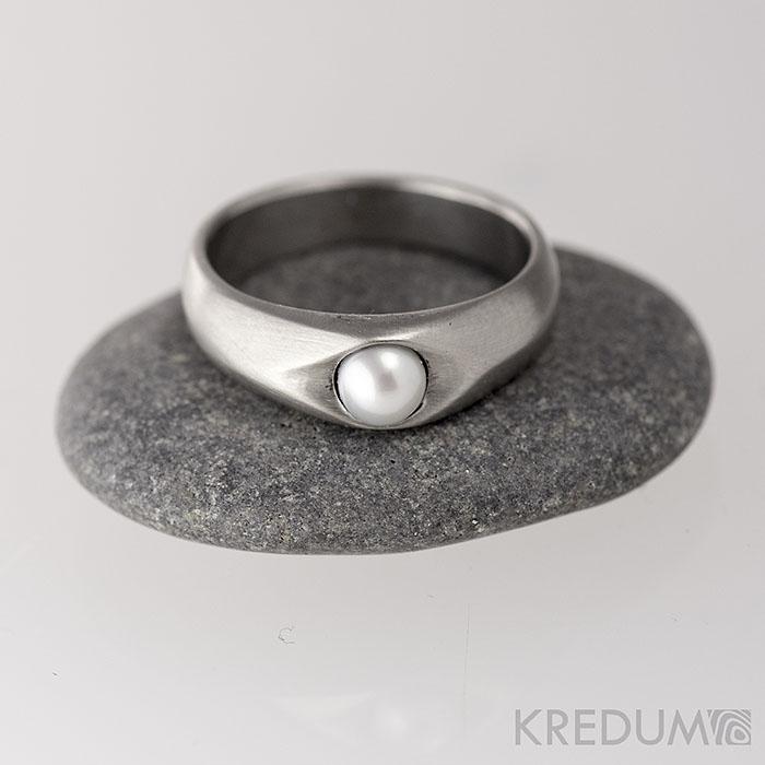 Kovaný nerezový prsteň Gracia steel s bielou perlou