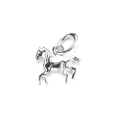 Drobný strieborný prívesok kôň