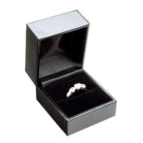 Čierna koženková krabička na zásnubný prsteň