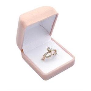 Smetanová semišová dárková krabička na prsten