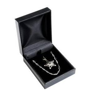 Černá koženková krabička na soupravu šperků