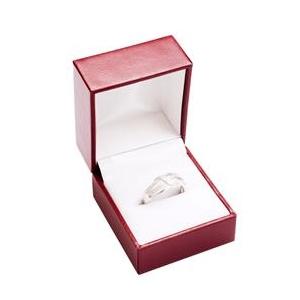Červená koženková krabička na zásnubný prsteň