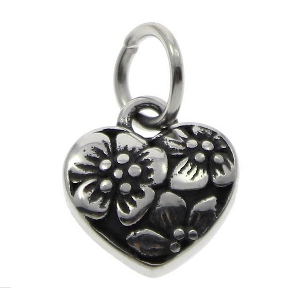 Drobný oceľový prívesok srdce zdobené kvetinovým dekorom