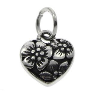Drobný ocelový přívěšek srdce zdobené květinovým dekorem