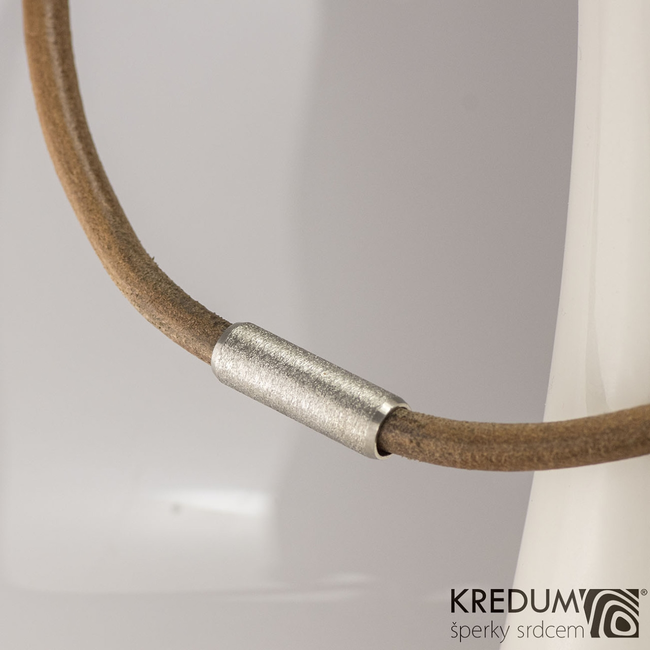 Kožený náhrdelník - oceľová gorálka brúsený, hr. 5 mm, dĺžka 45 cm