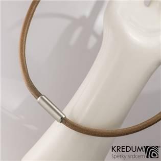 Hnědý kožený náhrdelník, ocelový korálek jemně  broušený, tl. 5 mm, délka 45 cm