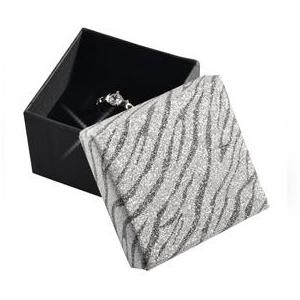 Dárková krabička na prsten stříbrná zebrovaná
