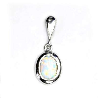 Strieborný prívesok s bielym opálom