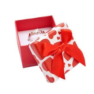 Malá červená krabička na prsten se srdíčky