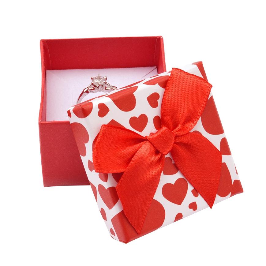 Červená krabička na prsteň so srdiečkami