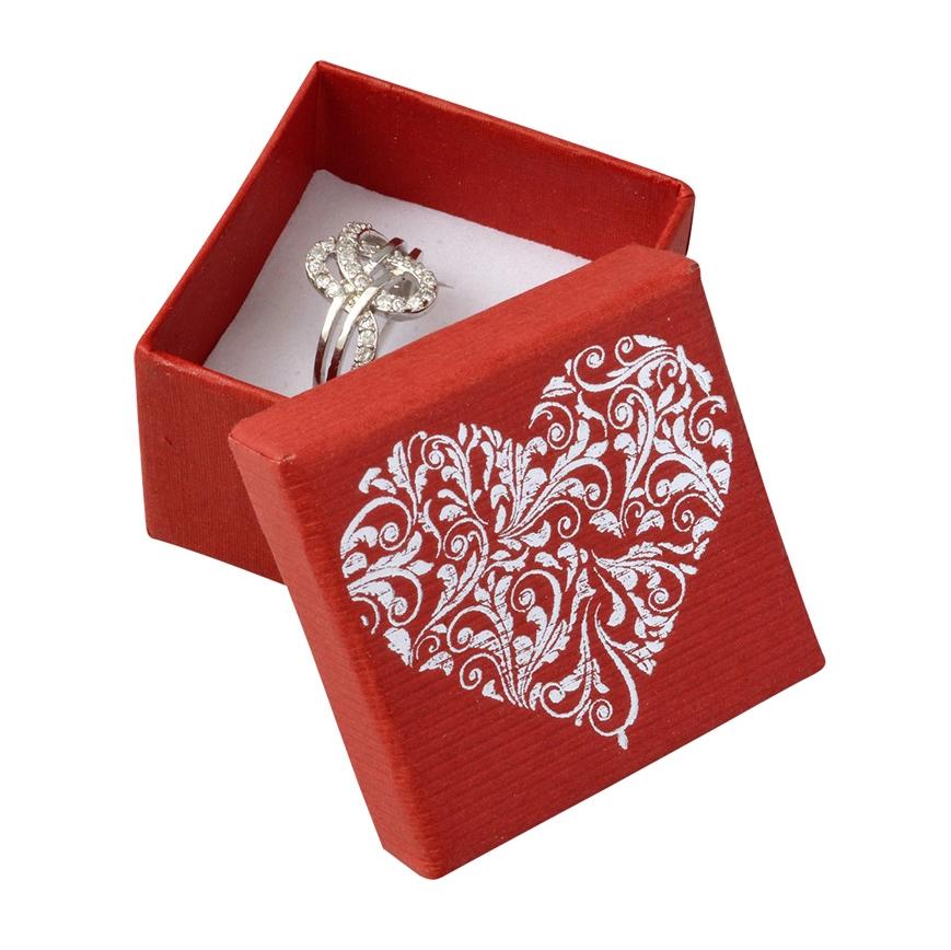Červená krabička na prsteň s ornamentálnym srdcom