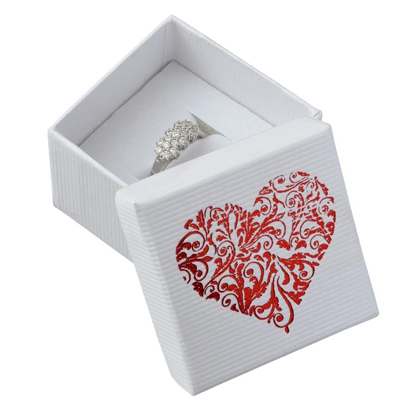 Biela krabička na prsteň s ornamentálnym srdcom
