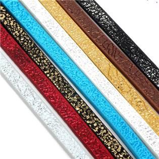 Plochá šňůra ze systetické kůže, černá/zlatá barva, šíře 5 mm