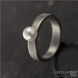 Kovaný titanový prsten s perlou