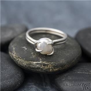 Stříbrný prsten Roots s perlou, vel. 47