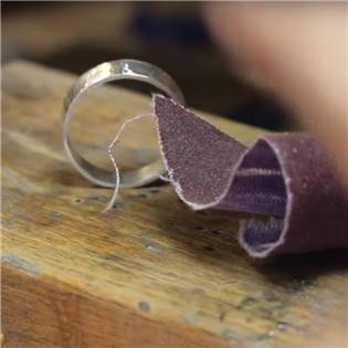 Odstranění rytiny z vnitřní strany prstenu z oceli/titanu