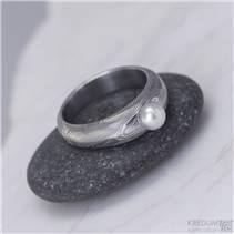 Ručně kovaný prsten damasteel s pravou perlou - Liena